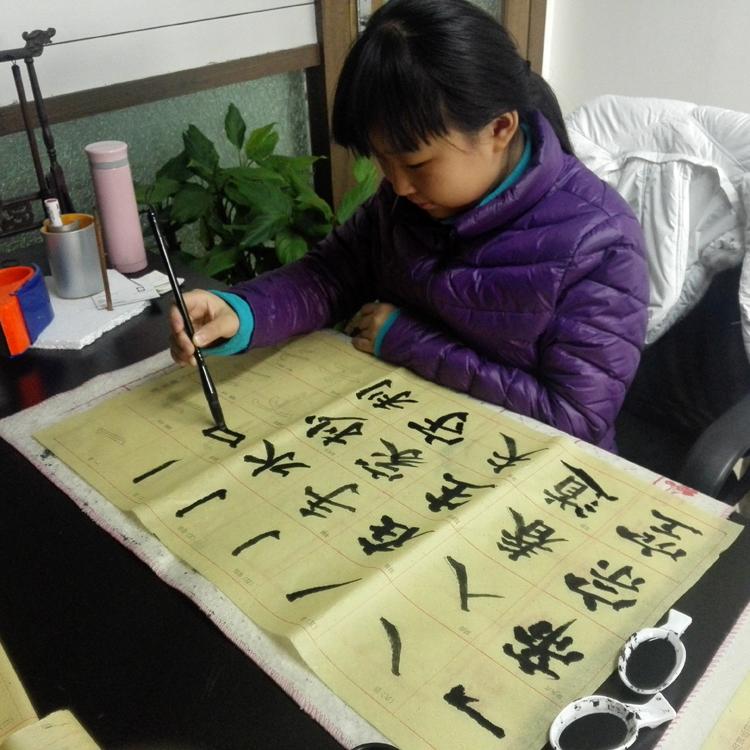 王孟柯同学进行书法练习