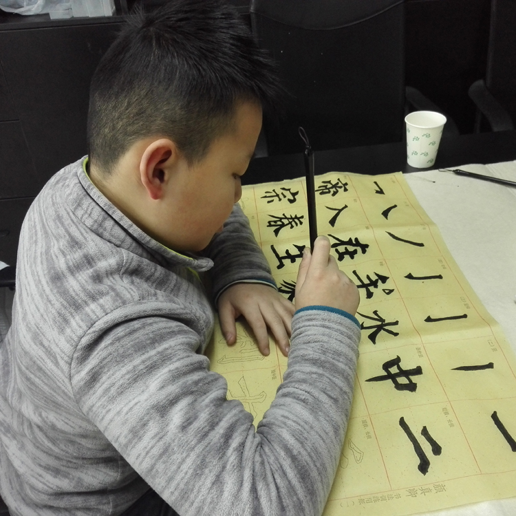 王光远同学进行书法练习